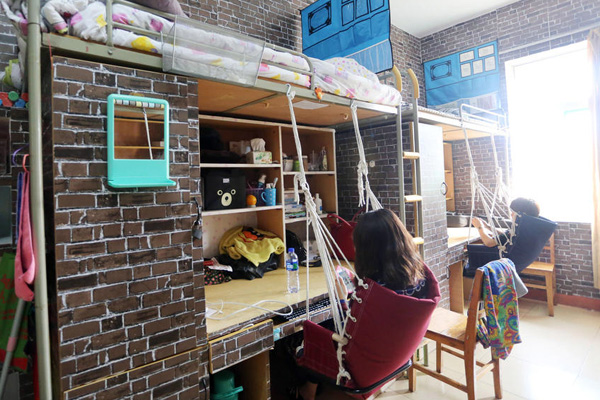 女大学生装修复古宿舍图片