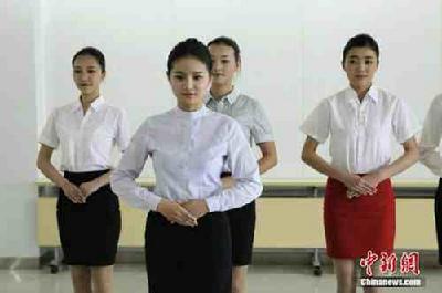 正文  空乘招聘俊男美女面试 2014-10-25 18:38:51中新网 东航空乘