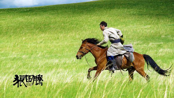 拍《狼图腾》冯绍峰首试蒙古马 潇洒驰骋草原